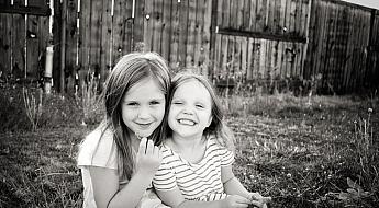 posing-young-siblings-1