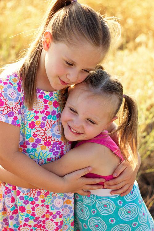 posing-young-siblings-2